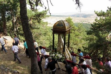 Subida de la virgen en andas por el camino antiguo del Santuario